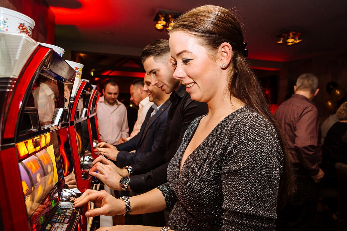 Bij CasinoHuren kunt u Slotmachines fruitkosten en gokkasten huren op uw eigen locatie of feest