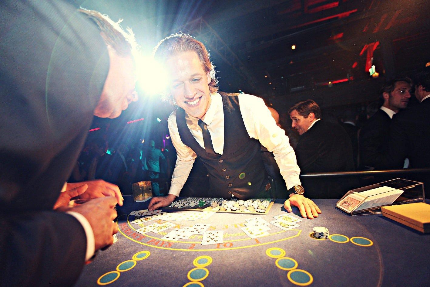 Blackjack dealer van Casinohuren.nl