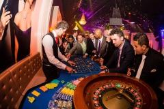 Een roulettetafel met croupier van Casinohuren.nl